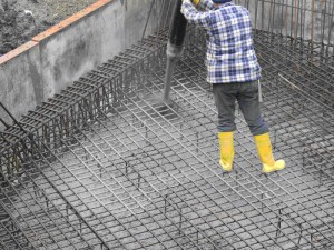 Заливка фундамента при строительстве дома